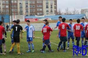 Jugadores de ambos equipo saludándose antes del partido.