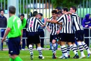 Jugadores del C.D. Badajoz celebran un gol.