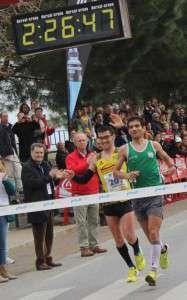 Momento en el que Bruno Fraga y Bruno Paixâo cruzan la meta de la mano.