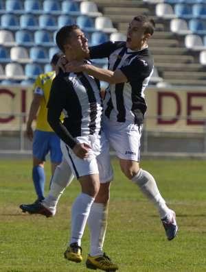 Jugadores de la UD Badajoz celebrando un tanto.