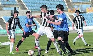 Jugadores de la UD Badajoz en la pugna por el balón.