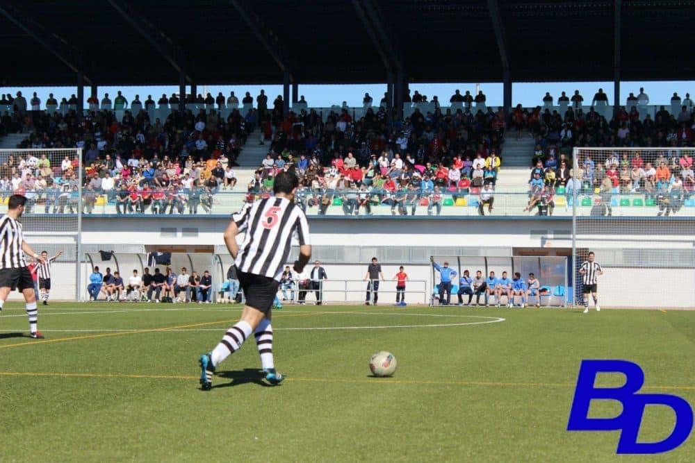 Cholo lanzando una falta en el partido frente a la Peña El Valle.