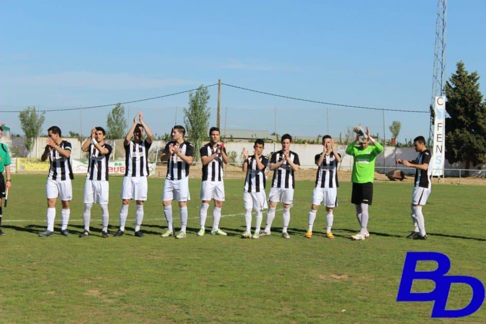 Jugadores de la UD Badajoz tras saltar al césped en la jornada anterior.