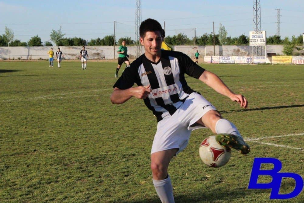 Jugador de la UD Badajoz intentando controlar el balón en el último encuentro disputado en Valdelacalzada.