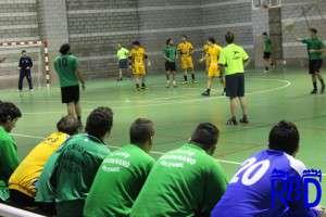 Jugadores de la UBP en el banquillo, durante el partido contra el BM Plasencia.