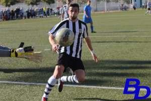 Pablo Dávalos remata en la pasada jornada ante Peña el Valle.