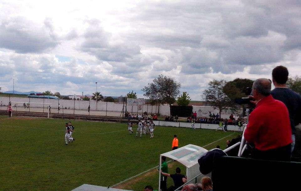 Jugadores de la UD Badajoz celebrando un tanto el pasado miércoles en Fuente de Cantos. Foto: Facebook Badajoz Club de Fútbol.