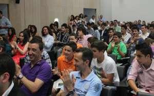Gran afluencia de público. Más de 150 personas se dieron cita en el edificio Caja Badajoz.