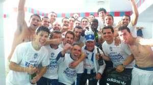 Jugadores del Sp. Cerro Reyes festejan el ascenso en el vestuario.