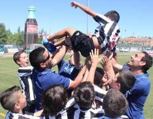 Los jugadores del CDBadajoz1905 Alevín mantean a César, lesionado antes de la final.