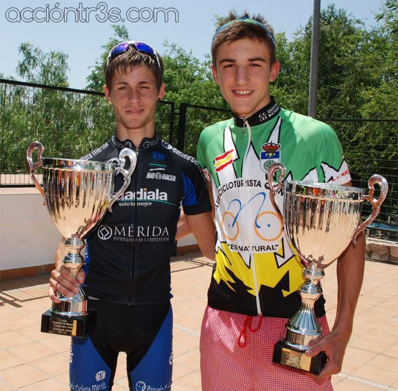 Iglesias y Murillo posando con sus trofeos. Foto: acciontr3s.