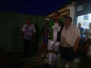 Alex Durán recogiendo el trofeo de campeón.