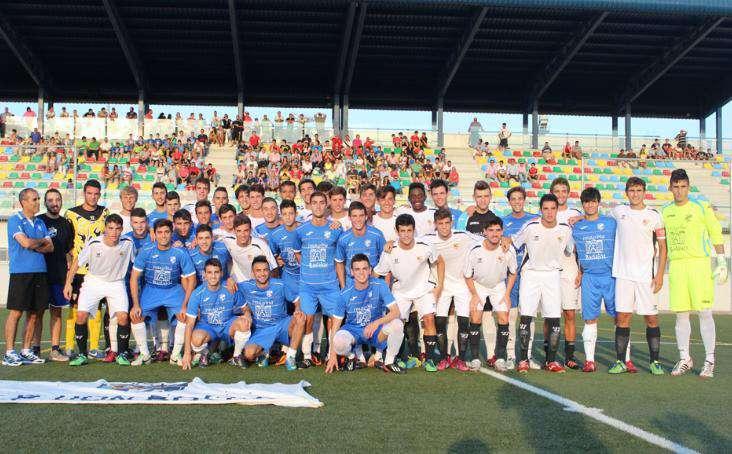 Ambos equipos posaban antes del inicio del encuentro.