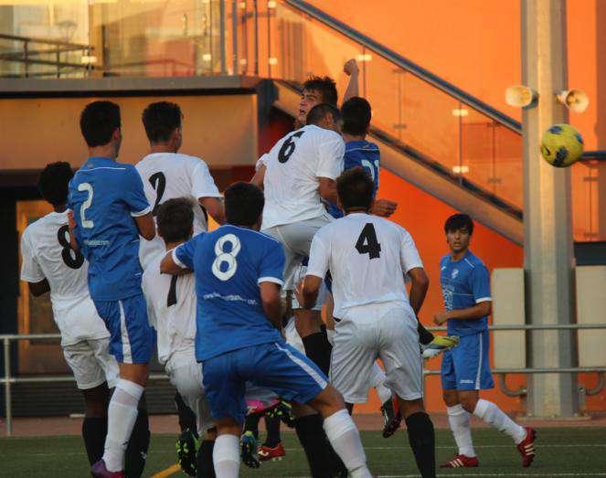 David remata para hacer el primer gol del partido.