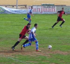 Juanito autor del gol de la victoria conduciendo el balón.
