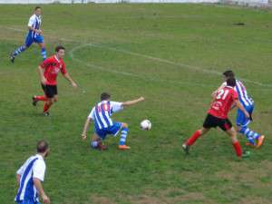 Roberto jugador blanquiazul, lucha por la posesión.