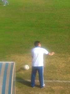 Alfredo Soriano dando instrucciones a su equipo desde la zona técnica.