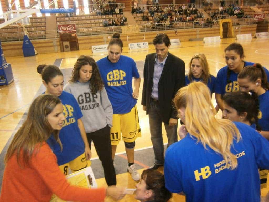 Bea Pacheco da indicaciones a sus jugadoras