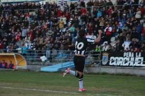 Sito celebra su gol con la afición.