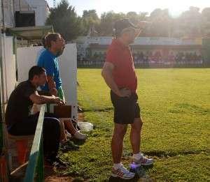 Víctor López contempla desde el banquillo el partido de su equipo.