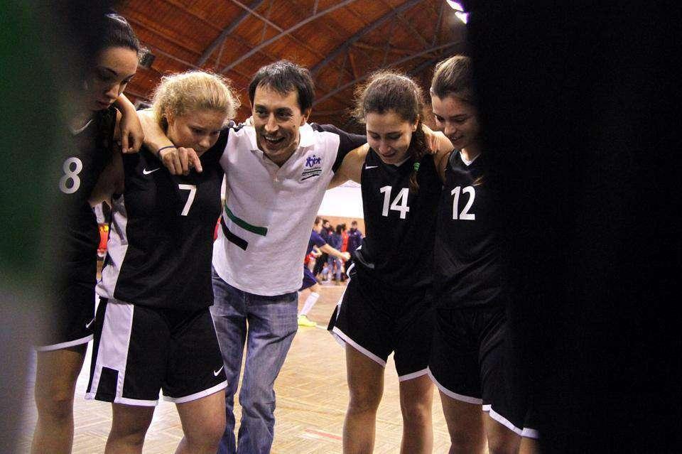 Antonio Barril dando indicaciones a sus jugadoras.