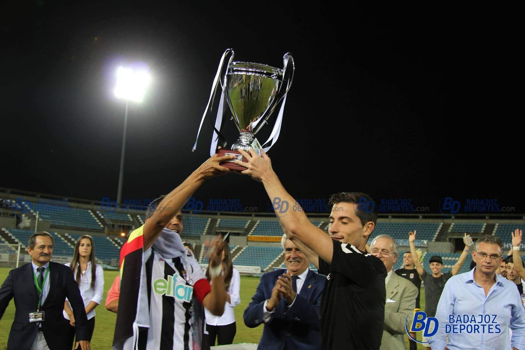 Copito comparte don Borja Sánchez el honor de levantar el trofeo de Copa Federación. POL GARCÍA