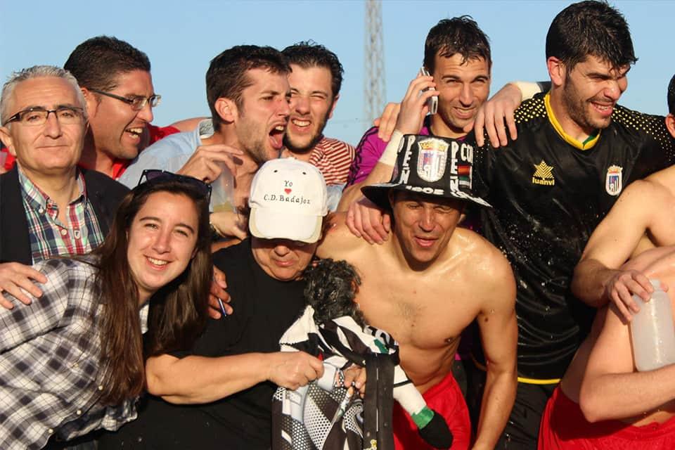 David Copito celebrando junto a aficionados y directivos | POL GARCÍA