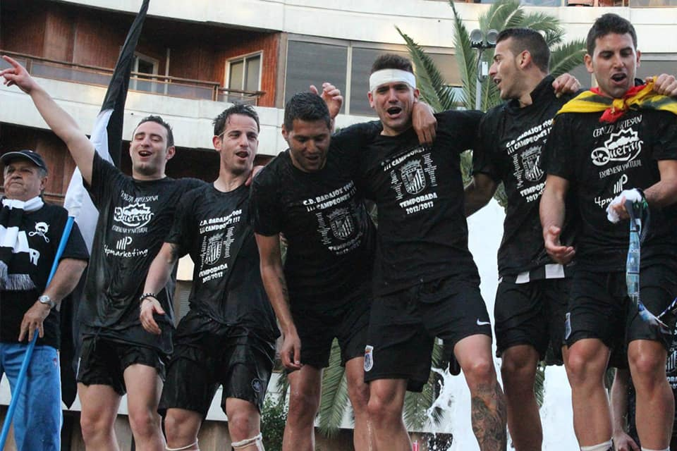 Los jugadores celebran el ascenso en la Fuente de la Constitución | POL GARCÍA