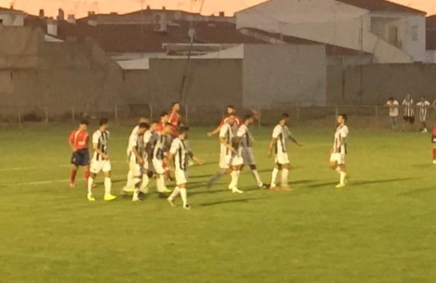 Los futbolistas blanquinegros celebran el primer tanto. | BD