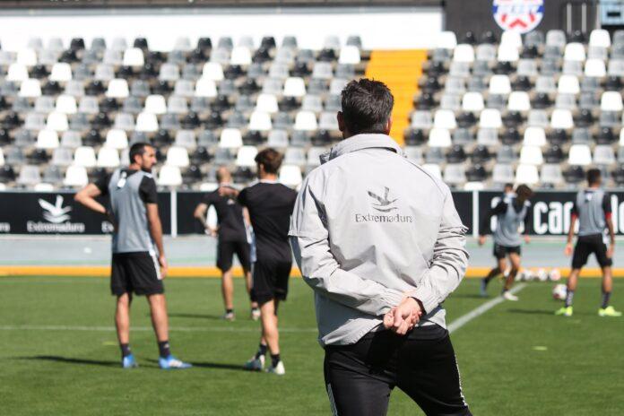 Fernando Estévez supervisando un entrenamiento del CD Badajoz