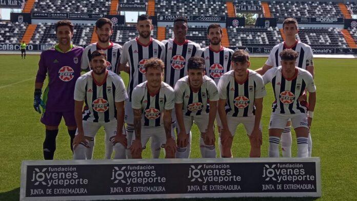 El CD Badajoz B antes de disputar su partido contra el CP Cheles en el Nuevo Vivero