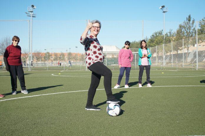 Mujeres de edad avanzada practicando deporte en Badajoz